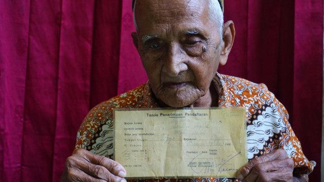 Nyak Sandang memegang surat obligasi