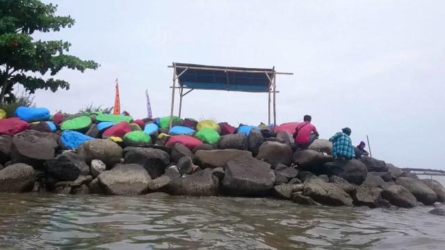 Kenikmatan Memancing Di Muara Sungai Sigeleng Brebes