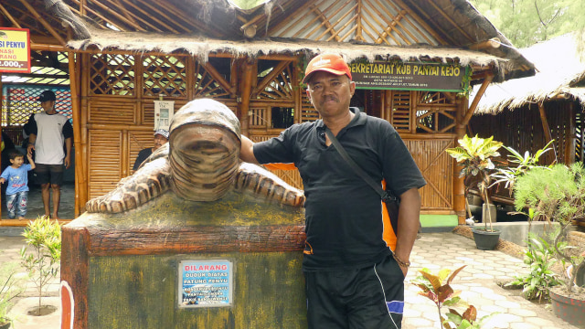 Muhyi, pengelola Pantai Cemara