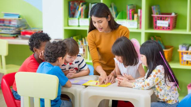 Ilustrasi guru dan murid.