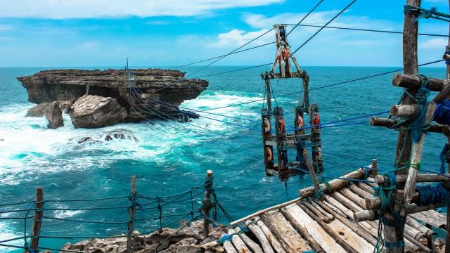 Menguji Adrenalin Di Pantai Timang Yogyakarta Kumparan Com