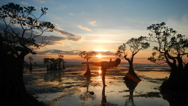 Wisatawan di Pantai Walakiri