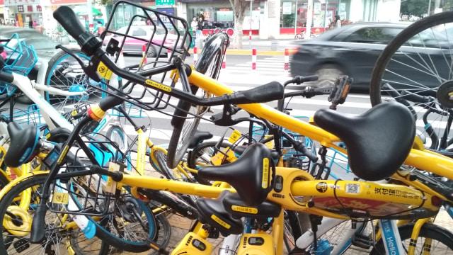 Sepeda bike sharing tergeletak