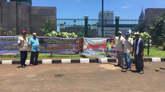 Aksi menuntut Prabowo di depan Gedung DPR