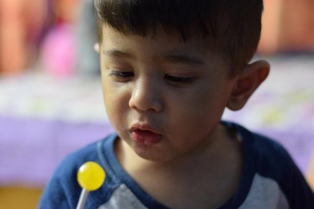 Ilustrasi Anak Makan Permen