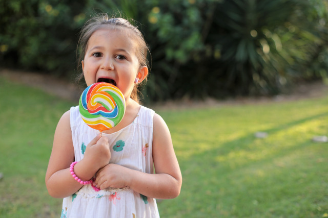 Ilustrasi Anak Makan Permen Loli