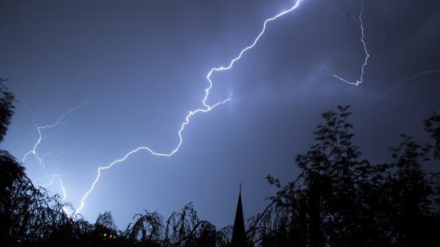 BNPB Minta 30 Gubernur Waspadai Cuaca Ekstrem Akibat Bibit Siklon Tropis 94W (162950)
