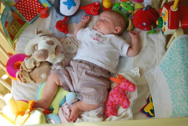 Bahaya Mainan di Ranjang Bayi