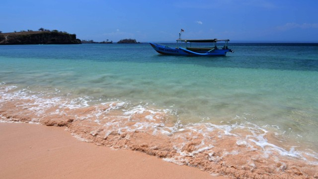 Pantai Tangsi dengan pasir pinknya