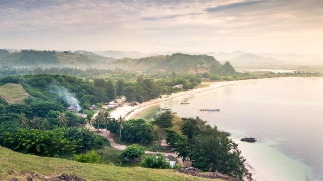 Pemandang Pantai Tanjung Aan dari Bukit Merese