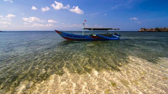Pantai Tangsi memiliki air laut yang jernih