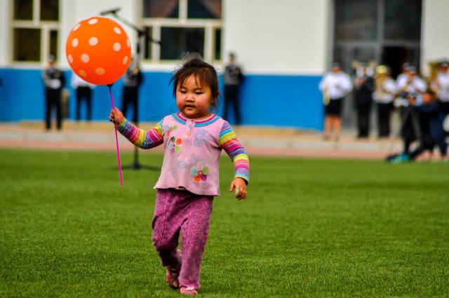 Ilustrasi Anak Membawa Balon