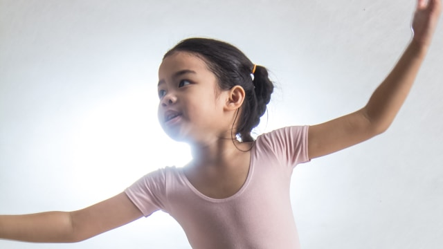 Ilustrasi anak menari.