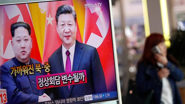 Presiden China Xi Jinping bersama Kim Jong Un.
