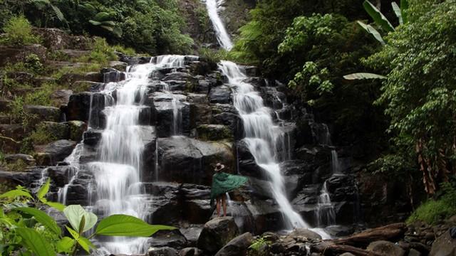 55+ Gambar Orang Menghadap Air Terjun Paling Keren