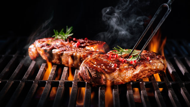 Memanggang steak.