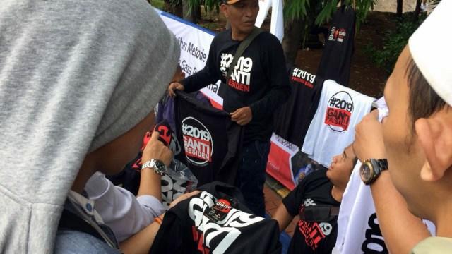 Penjual kaos #2019GantiPresiden di Istiqlal.