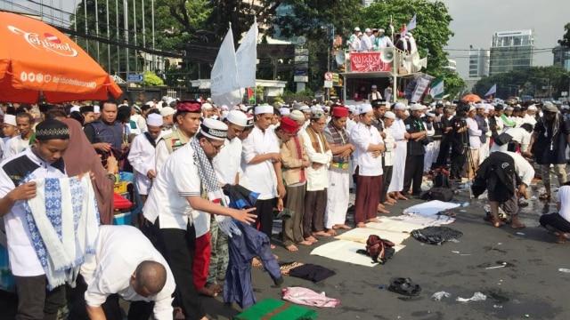 Massa aksi salat Ashar di depan gedung KKP