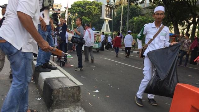 Peserta aksi memunguti sampah sebelum bubar