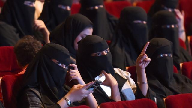 Ilustrasi warga Saudi di Bioskop.