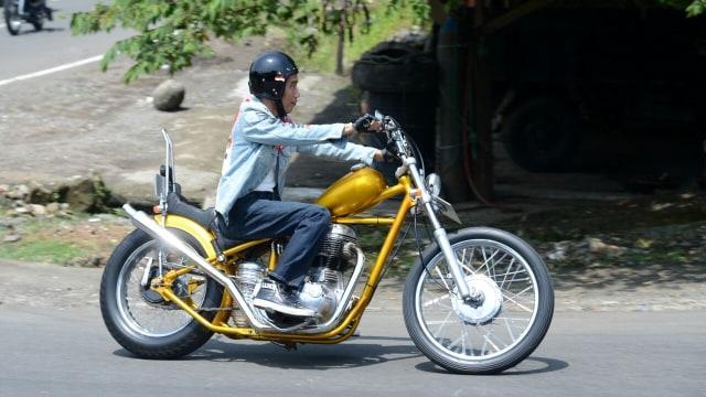 Jokowi touring di Sukabumi dengan motor emas