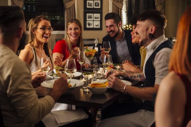 Ilustrasi milenial makan bersama