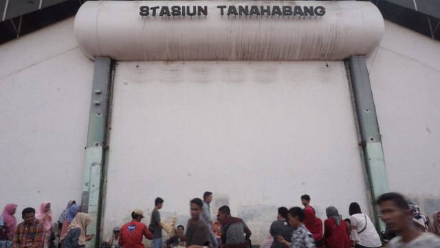 Stasiun Tanah Abang padat pengunjung
