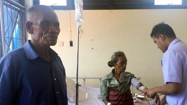 Nenek Fransisca Enga dan suaminya di RS Fatmawati