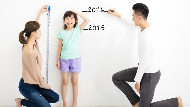 Ilustrasi mengukur tinggi badan anak.