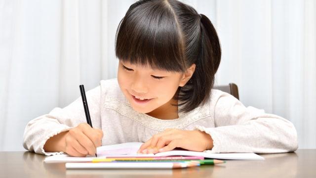 Ilustrasi anak menulis.