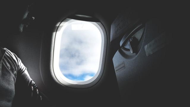 Ilustrasi Penumpang Samping Jendela Pesawat