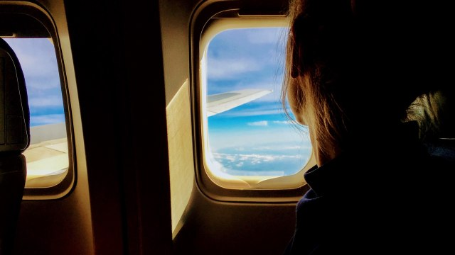 Ilustrasi Penumpang Dekat Jendela Pesawat