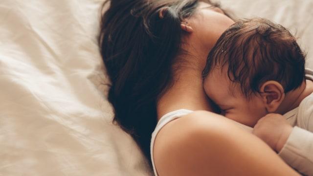 Ilustrasi Tidur Bersama Bayi