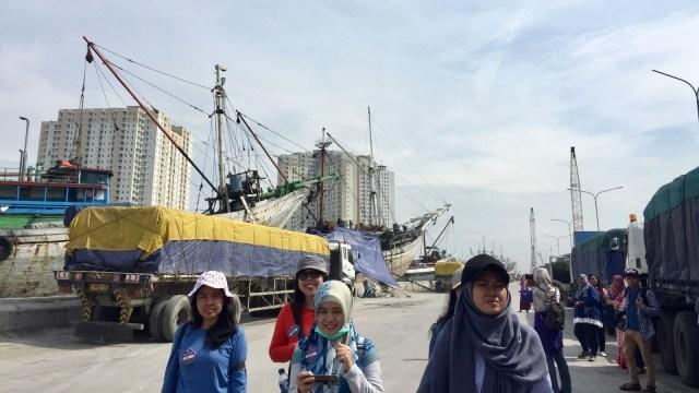 Rombongan walking tour di Pelabuhan Sunda Kelapa