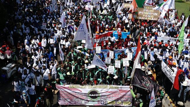 Demo buruh menuju ke Istana Negara.
