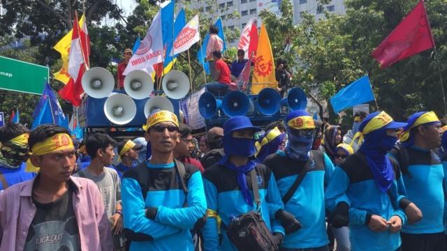 Massa hari buruh masih berkumpul di depan istana