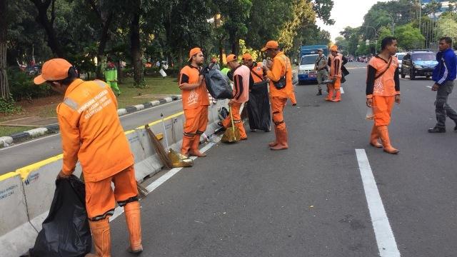 Pasukan oranye bersihkan sampah demo hari buruh