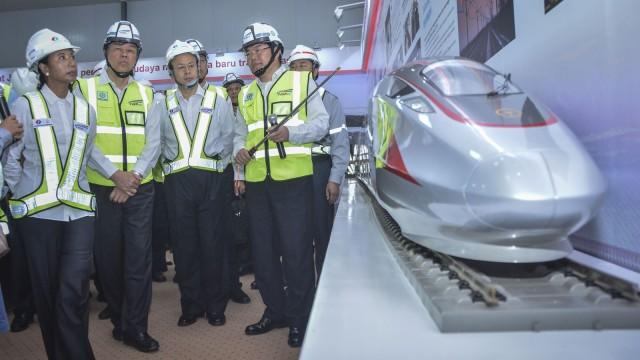 Proyek kereta cepat Jakarta-Bandung.