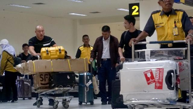 Warga Asing diduga TKA di Bandara Haluoleo.