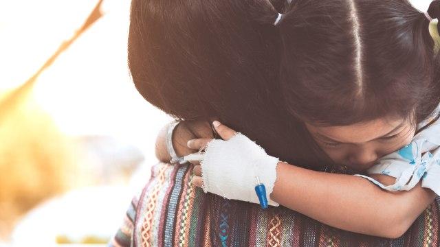 Anak dirawat di rumah sakit.