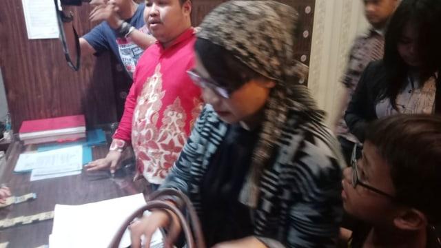 Susi Ferawati menyambangi Polda Metro (NOT COV)