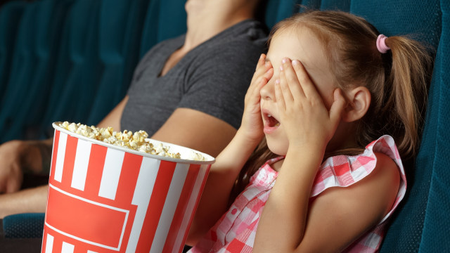 Anak menonton bioskop.