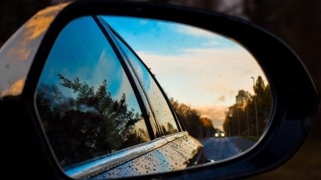 Tips Kaca Mobil Bebas Jamur di Musim Hujan (361739)