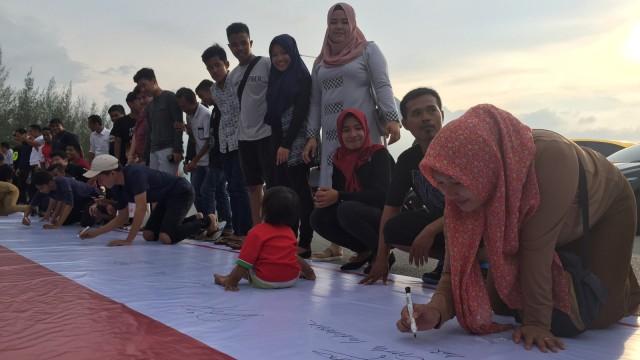 Solidaritas warga Banda Aceh tolak terorisme.