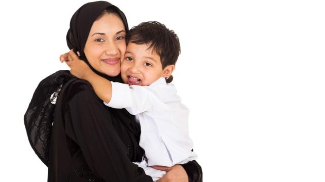 Parenting Islami: Hukum Menggendong Anak saat Salat (364874)