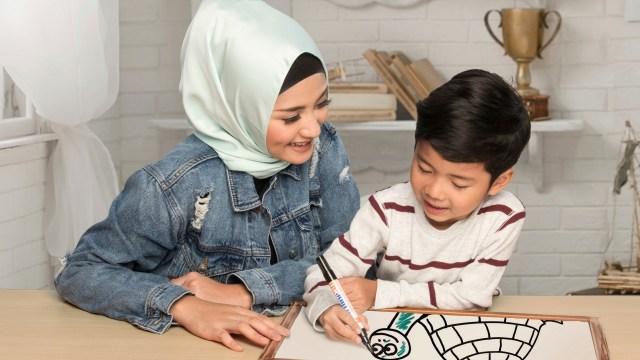 com-Ibu dan Si Kecil Mewarnai Bersama