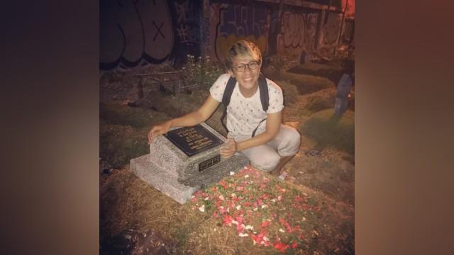 Aming saat ziarah ke makam anaknya.