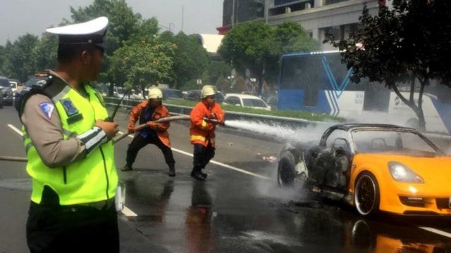 Mobil Sport Terbakar di Ruas Tol Slipi