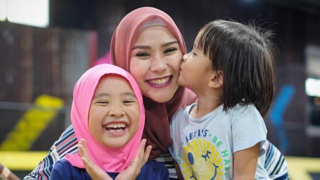Zaskia Adya Mecca dan putrinya.