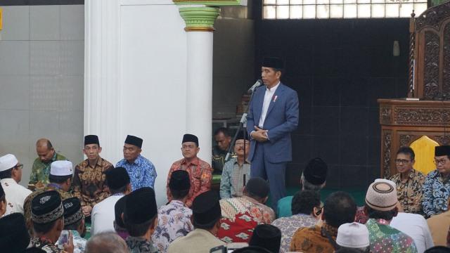 Jokowi Bagikan Sertifikat Tanah Wakaf di Padang
